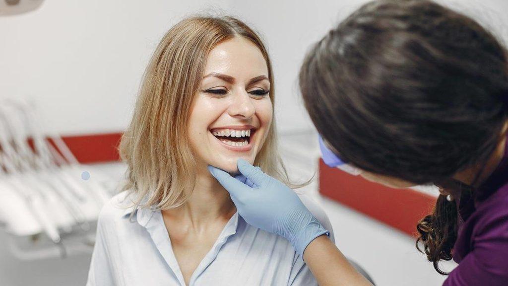 牙醫師與患者互動